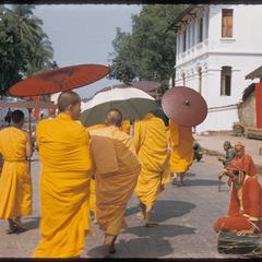 Bonzes leading Prabang