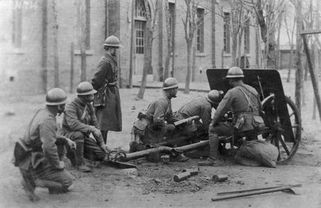 Japanese artillerymen operating a light gun in Tianjin 天津.